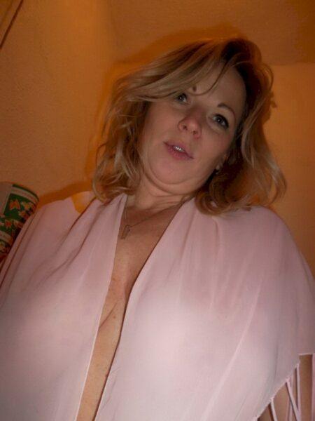 Coquine sexy recherche un libertin sur Créteil pour du plan baise