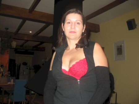 Cougar sexy soumise pour amant qui aime la domination